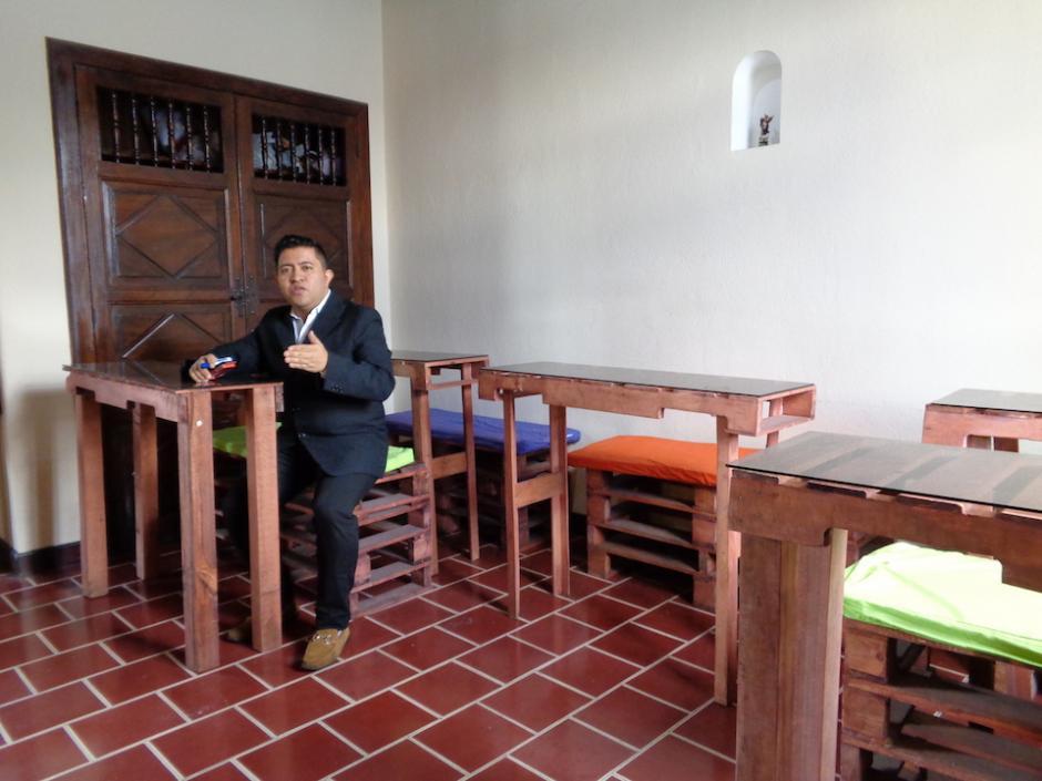 Estos son los primeros escritorios que elaboró Eddy al fundar Aigua. (Foto: Wendy del Cid/Soy502)