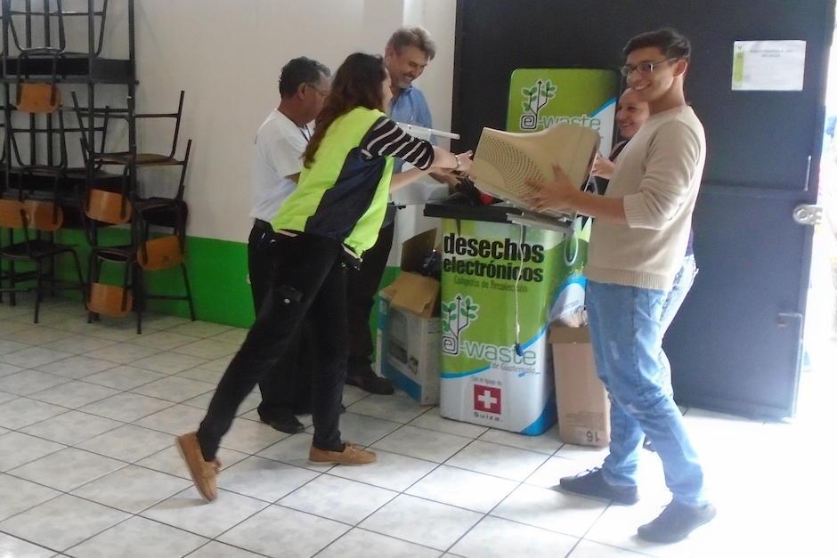 Los aparatos inservibles son manejados para darles un mejor tratamiento para que no terminen en un basurero común. (Foto: Muni Guate)