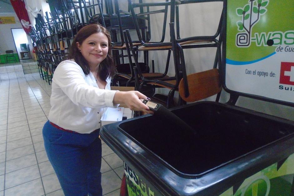 Varias personas de otros municipios han llegado para depositar los aparatos electrónicos que ya no utilizan. (Foto: Centro de Educación Ambiental)