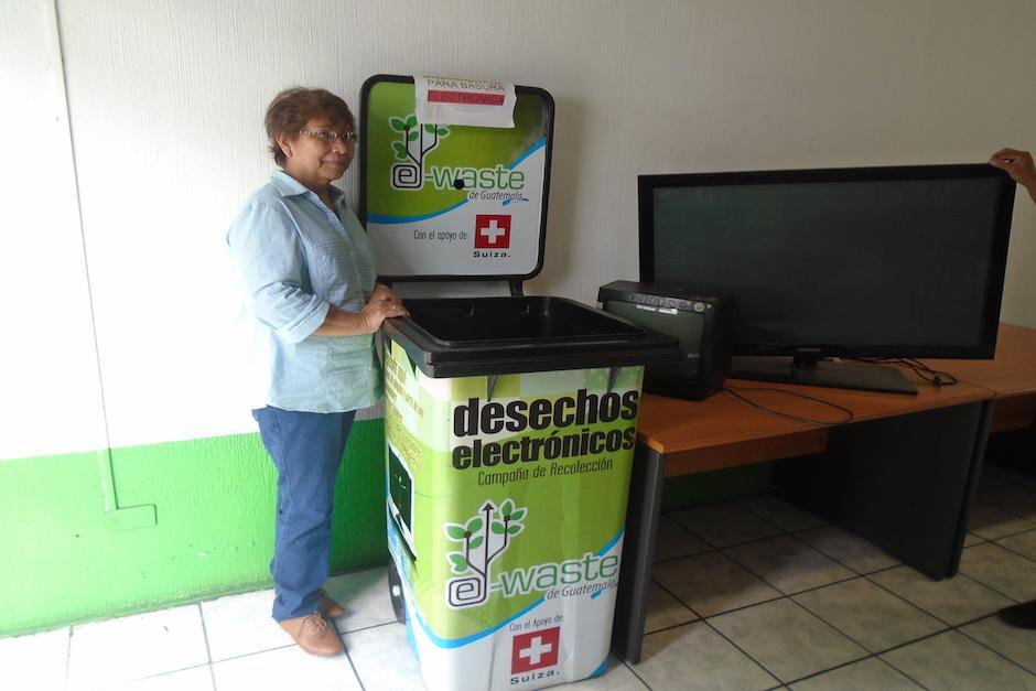 Una señora tuvo un accidente con su televisión y quedó inservible. Al saber donde podían recibir el aparato, lo llevó al Centro de Educación Ambiental de la zona 1. (Foto: Centro de Educación Ambiental)