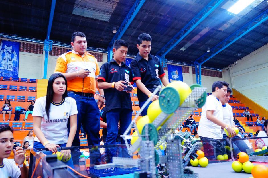 El equipo de VEX Robotics muestra su proyecto.(Foto cortesía Cetach No.2)