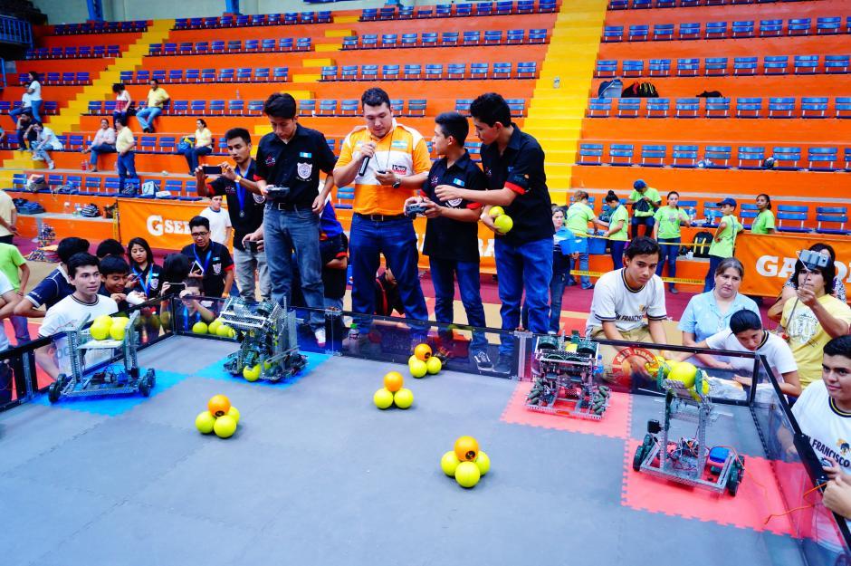 Los estudiantes muestran su talento en el concurso de robótica que tuvo lugar en El Salvador. (Foto cortesía Cetach No.2)