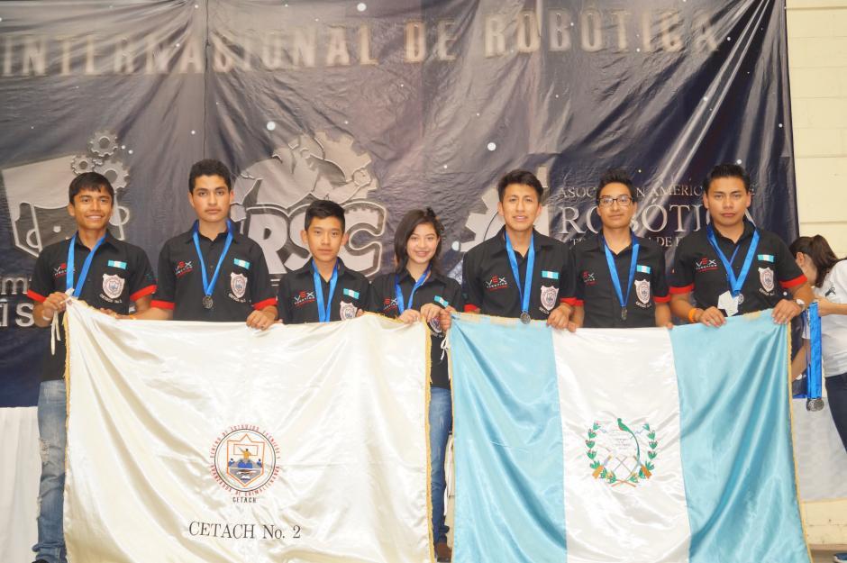 El equipo de VEX Robotics conformado por los alumnos del Centro de Estudios Técnicos y Avanzados de Chimaltenango (Cetach) No.2. (Foto cortesía de Cetach No.2)