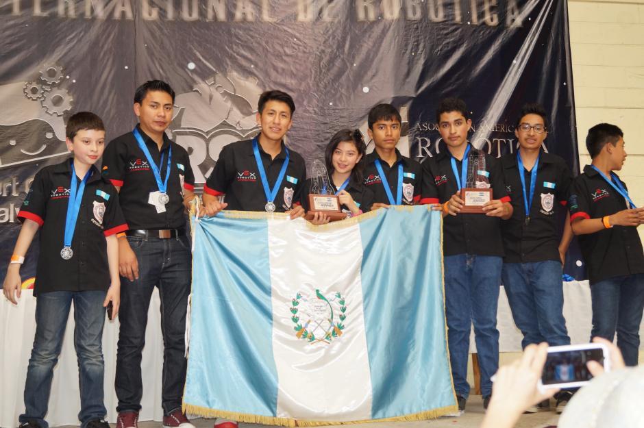 Los estudiantes de Cetach No.2 se llevaron el primer lugar en la categoría profesional VEX Robotics en el concurso Robotics Science Competition 2015 en El Salvador.(Foto cortesía de Cetach No.2)