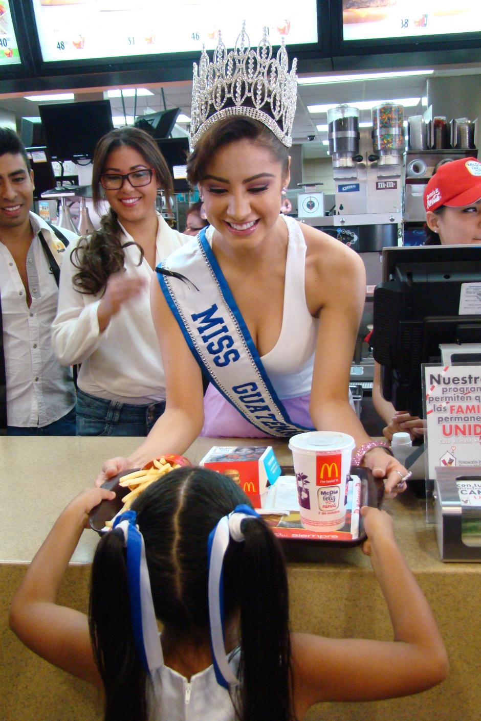Miss Guatemala 2015 entrega el primer Big Mac en el restaurante de Ciudad Real. (Foto: Magui Medina/Soy502)