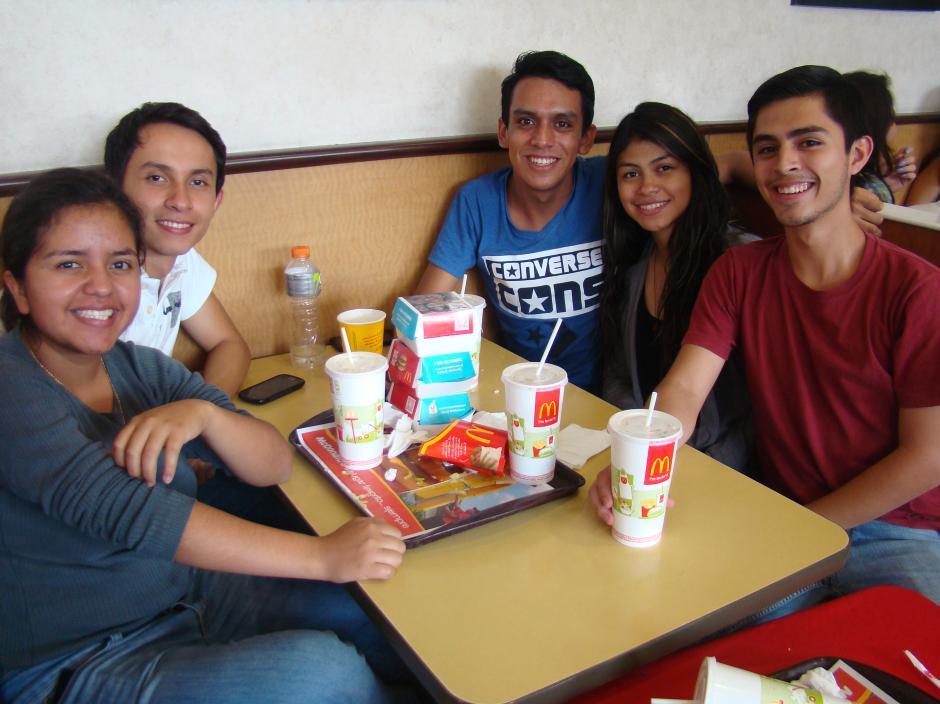 Jóvenes universitarios aprovecharon el momento para compartir entre amigos. (Foto: Magui Medina/Soy502)