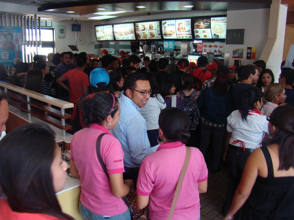 Miles de guatemaltecos participaron con la compra de Big Mac´s. (Foto: Magui Medina/Soy502)
