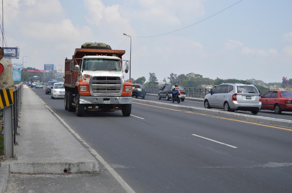 Los camiones son los que provocan mayor vibración sobre la estructura del puente. (Foto: María Olga Vega/Soy502)
