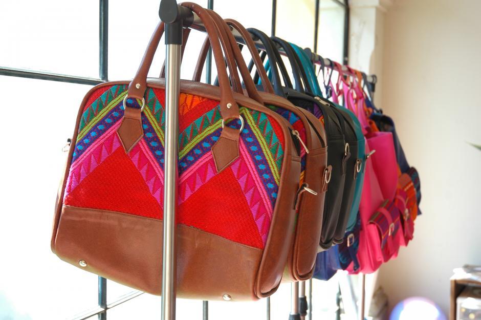 Los productos de KM Bolsas son elaborados por Krista María en el taller que tiene en un rincón de su casa en Antigua Guatemala. (Foto: Fredy Hernández/Soy502)