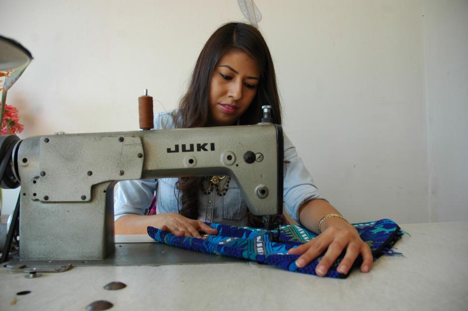 Krista María Reyes se inició en la fabricación de estos accesorios a los 19 años como un medio para pasar el tiempo mientras conseguía un empleo. Hoy es su fuente de trabajo.(Foto: Fredy Hernández/Soy502)