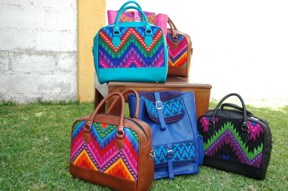 Los materiales que utiliza la diseñadora guatemalteca son la cuerina y los tejidos típicos.(Foto: Fredy Hernández/Soy502)