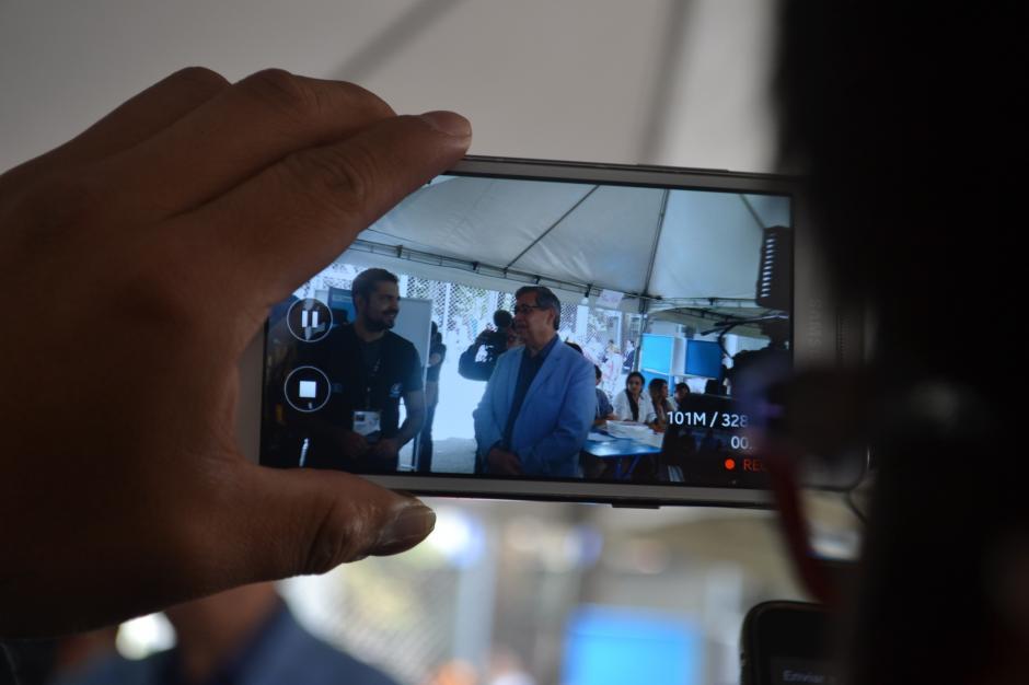 Muchas personas se acercaron al candidato a la Vicepresidencia de FCN para tomarse fotos. (Foto: Adriana Aycinena/Soy502)