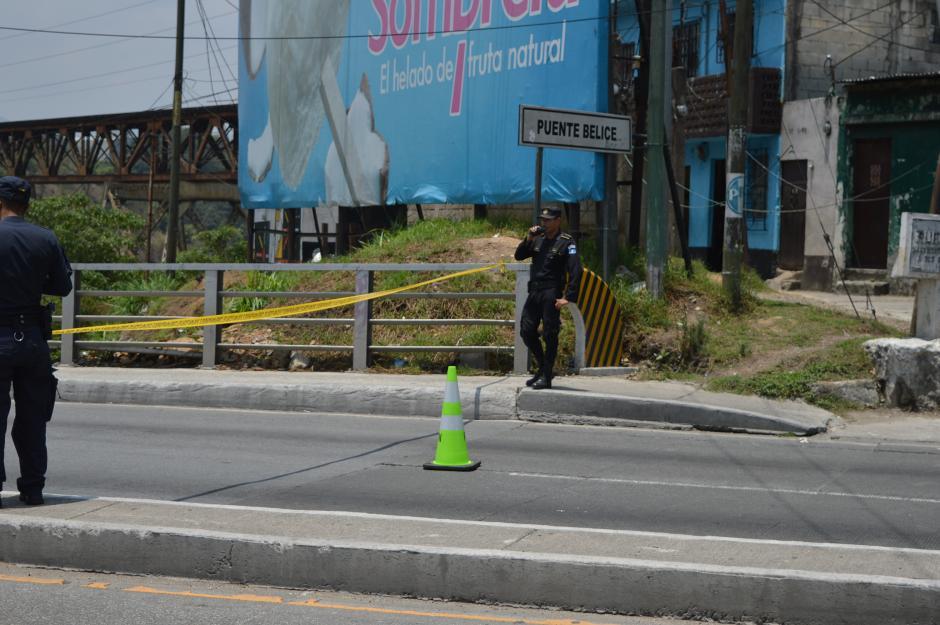 Las autoridades colaboraron con los ingenieros de la UMG para controlar el paso vehicular. (Foto: María Olga Vega/Soy502)