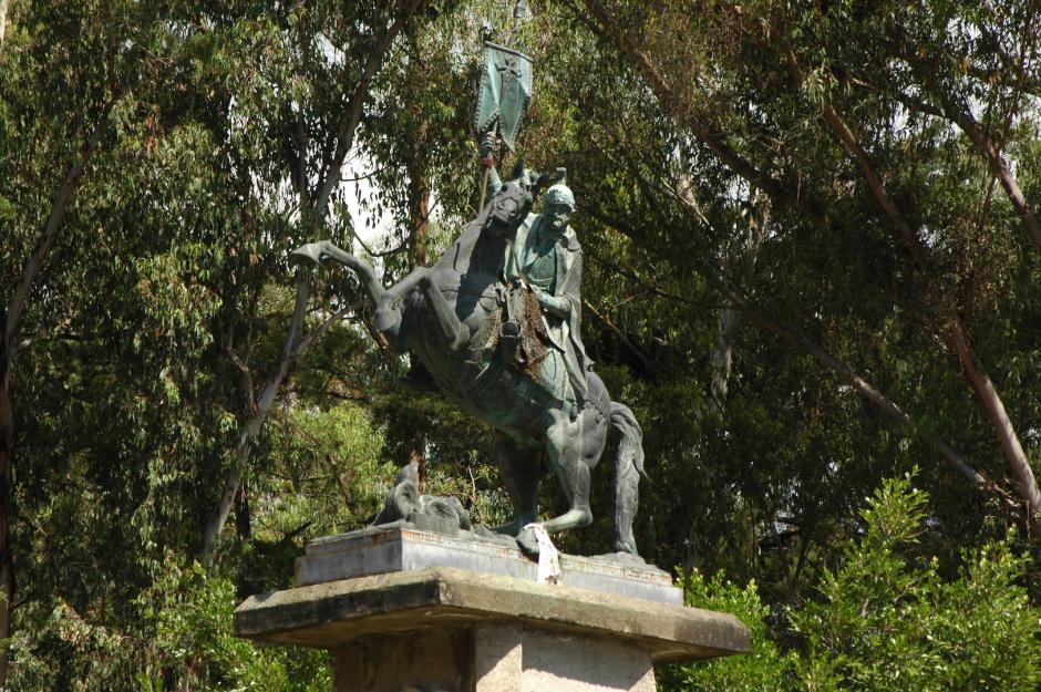 En la parte alta del cerro La Cruz hay una estatua de Santiago de los Caballeros montado sobre su caballo. (Foto: Fredy Hernández/Soy502)