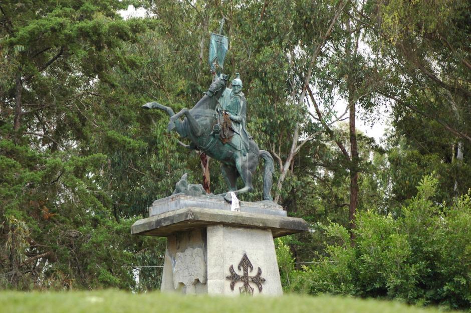 La estatua de Santiago de los Caballeros es un monumento que está a pocos metros del Cerro de la Cruz en Antigua. (Foto: Fredy Hernández/Soy502)