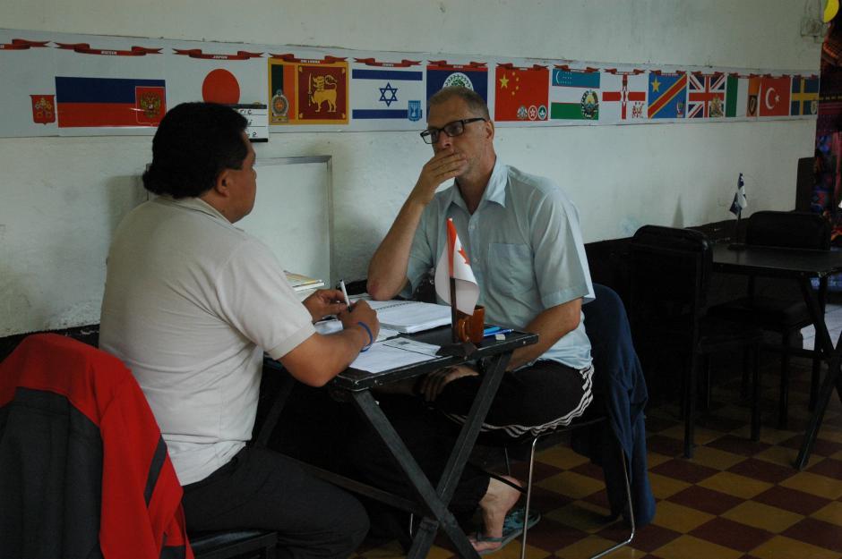 Los maestros de español en Antigua Guatemala utilizan este tipo de libros para que los estudiantes comprendan mejor el uso de ciertas frases.(Foto: Fredy Hernández/Soy502)