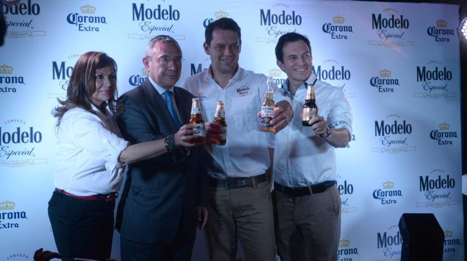 Rosa María de Frade, Carlos Tirado Zabala, Embajador de México, Sandro Assis yMichele Marsicovetere, realizan el brindis en la presentación de los nuevos productos. (Foto: Jesús Alfonso/Soy502)
