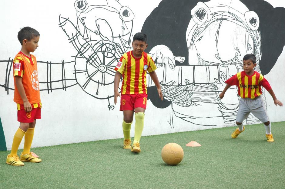 Tres días a la semana y un juego el fin de semana es la rutina de estos pequeños talentosos del balón. (Foto: Fredy Hernández/Soy502)