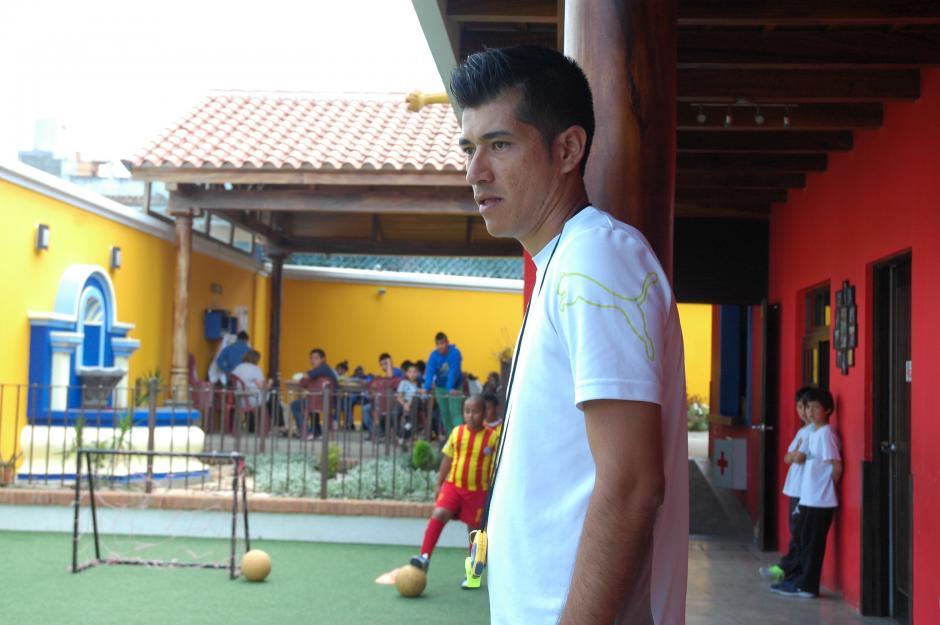 Carlos Reyes se encarga de preparar a los pequeños. Una lesión lo ha alejado de las canchas profesionales, pero ahora espera formar a sus alumnos para que puedan destacar en el fútbol. (Foto: Fredy Hernández/Soy502)