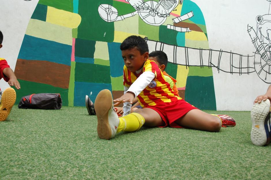 Tras las sesiones de entrenamiento, los chicos hacen una serie de estiramientos para evitar lesiones. (Foto: Fredy Hernández/Soy502)