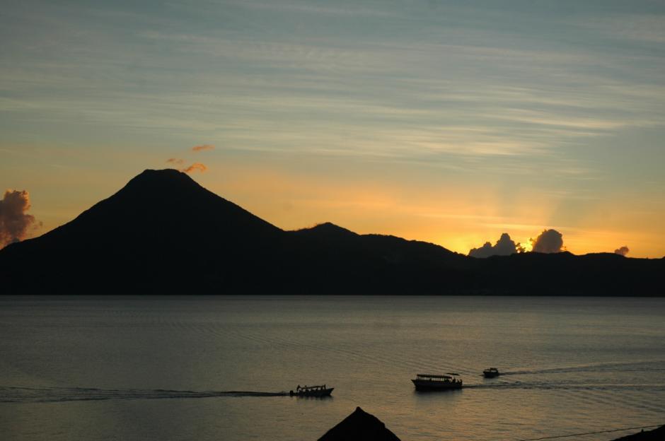 Los atardeceres pintan de colores espectaculares las montañas y volcanes de Atitlán. (Foto: Fredy Hernández/Soy502)