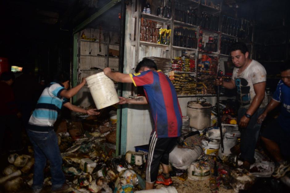 Los vendedores de La Terminal lucharon por salvar sus pertenencias. (Foto: Jesús Alfonso/Soy502)