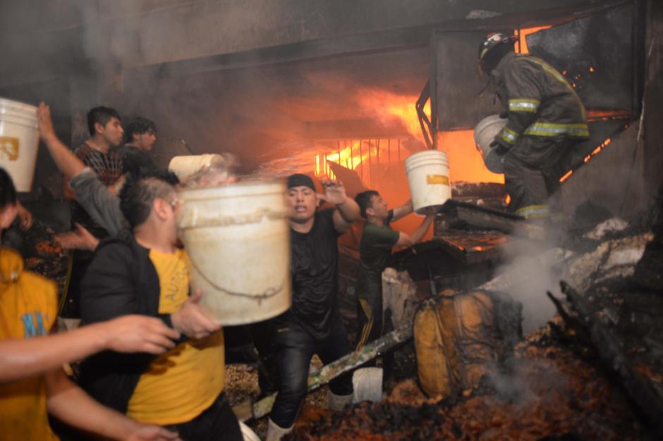 Vendedores del Mercado La Terminal, colaboraron con los bomberos para sofocar el incendio. (Foto: Jesús Alfonso/Soy502)