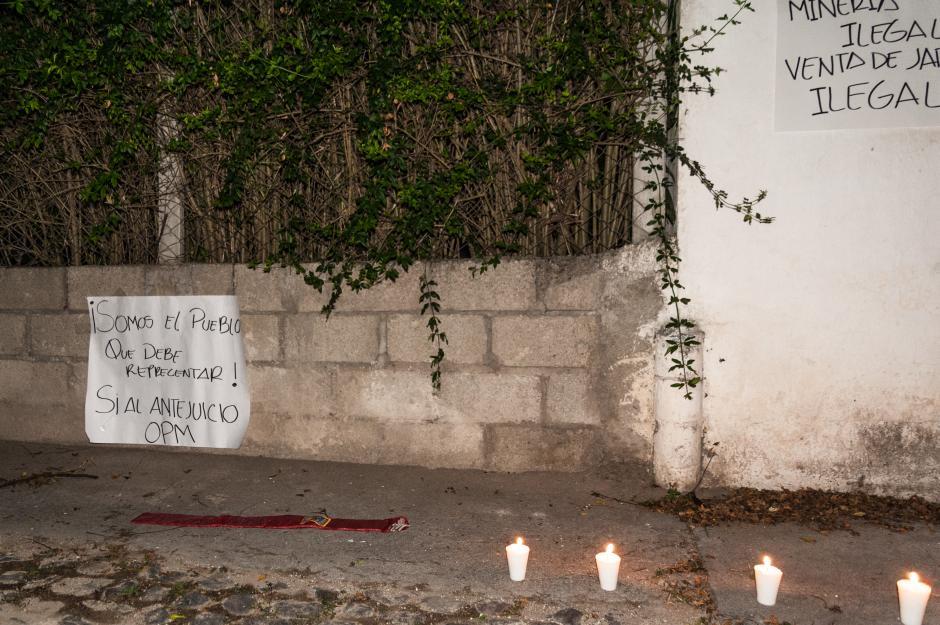 Las protestas iniciaron con pirotecnia a las cuatro de la madrugada del martes 25 de agosto. (Foto: Colectivo Jóvenes de Guatemala)