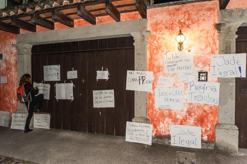 Vecinos de La Antigua Guatemala y San Pedro El Panorama realizaron una protesta en los domicilios de dos diputados del Partido Patriota. (Foto: Colectivo Jóvenes de Guatemala)