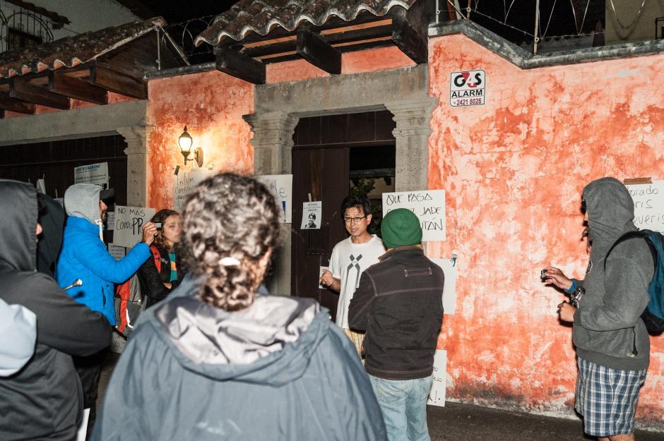 Dong Joon Kim salió a hablar con los manifestantes. (Foto: Colectivo Jóvenes de Guatemala)