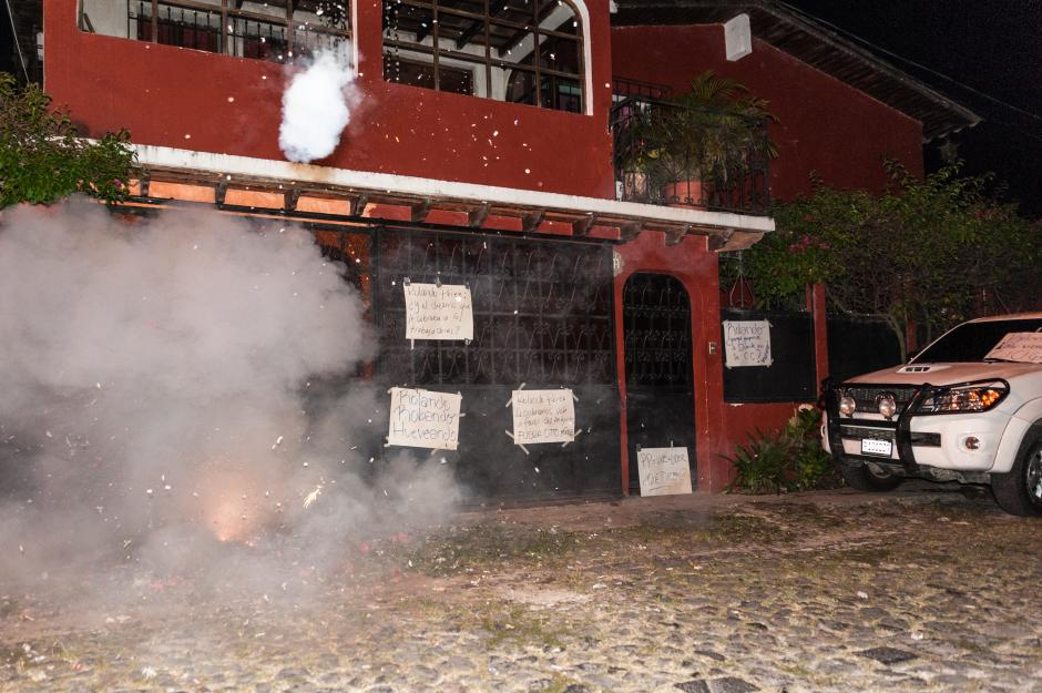 Los cohetillos comenzaron a sonar a las cuatro de la mañana frente a la casa de la diputada Ana Regina Guzmán. (Foto: Colectivo Jóvenes de Guatemala)