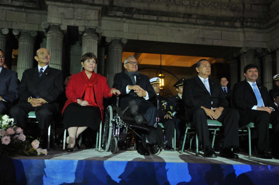 El presidente Alejandro Maldonado junto a su esposa y miembros del gabinete encabezaron el acto en el que se conmemoró la Revolución del 20 de Octubre de 1944 y se reconoció la labor de los rescatistas y medios de comunicación que trabajaron durante la emergencia de El Cambray II. (Foto: Nuestro Diario)