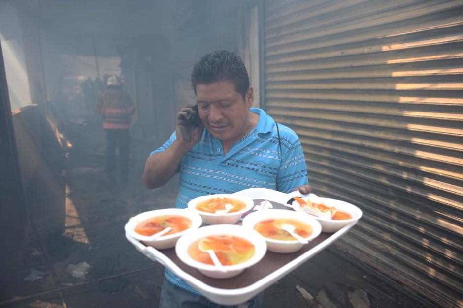 La solidaridad puesta de manifiesto entre los comerciantes que brindaron alimentos a los bomberos. (Foto: Jesús Alfonso/Soy502)