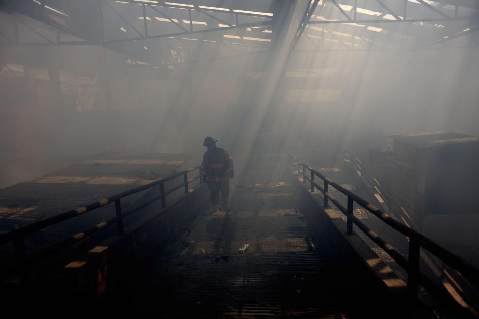 Batallaron sin tregua para ayudar a sofocar las llamas. (Foto: Jesús Alfonso/Soy502)