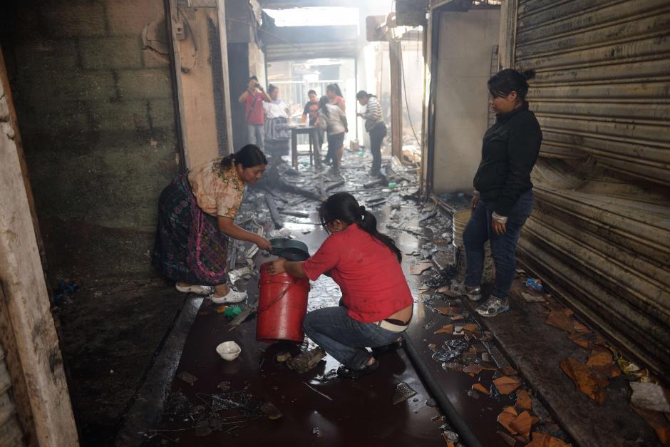 Los comerciantes empezaron a limpiar lo poco o nada que quedó de sus puestos. (Foto: Jesús Alfonso/Soy502)