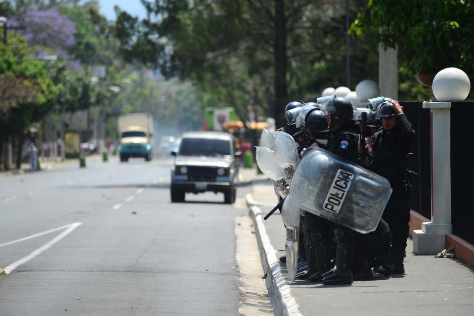 En la calle se pueden observar los ladrillos y piedras que los estudiantes del Instituto lanzaron a la PNC. (Foto: Jesús Alfonso/Soy502)
