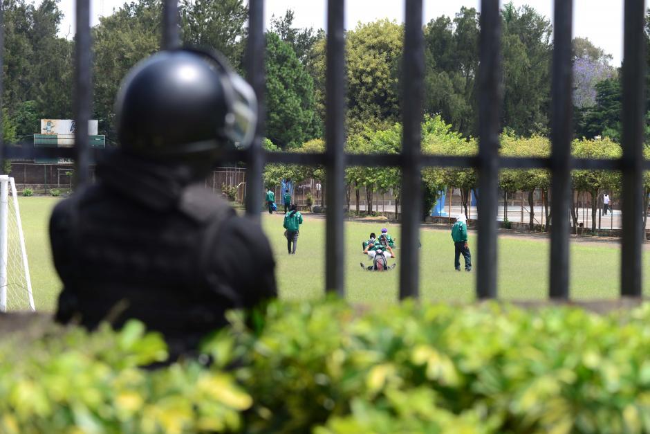 Los estudiantes lanzaron piedras a los elementos de la Policía Nacional Civil. El agente tomó fotografías para documentar lo ocurrido. (Foto: Jesús Alfonso/Soy502)