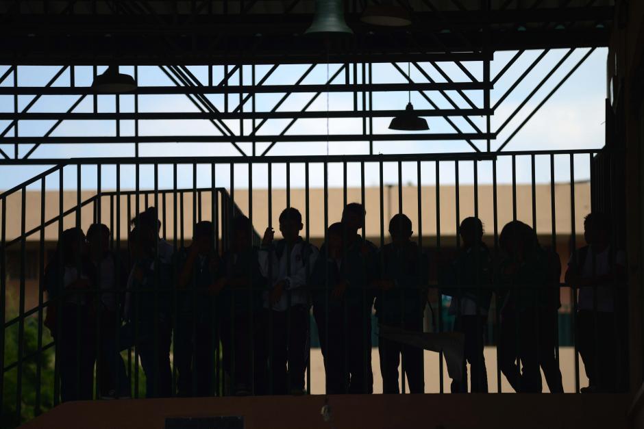 Mientras algunos estudiantes se cubrían las caras para hablar con las autoridades y la prensa otros se mantenían en el segundo nivel para no ser identificados. (Foto: Jesús Alfonso/Soy502)