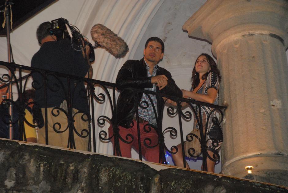Pedro Moreno y FernandaArozqueta durante la grabación de una escena en Antigua Guatemala. (Foto: Pablo Solís/Nuestro Diario)