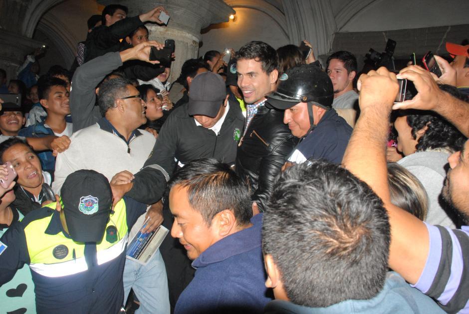 Pedro Moreno fue acosado por sus admiradoras que llegaron para estar cerca de la estrella.(Foto: Pablo Solís/Nuestro Diario)