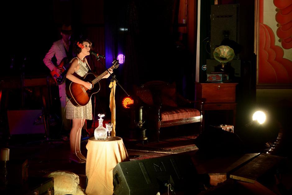 """El escenario vintage también contribuyó a crear el ambiente perfecto para las melodías de """"Postales"""". Puro estilo Gaby. (Foto: Ximena Díaz/Soy502)."""