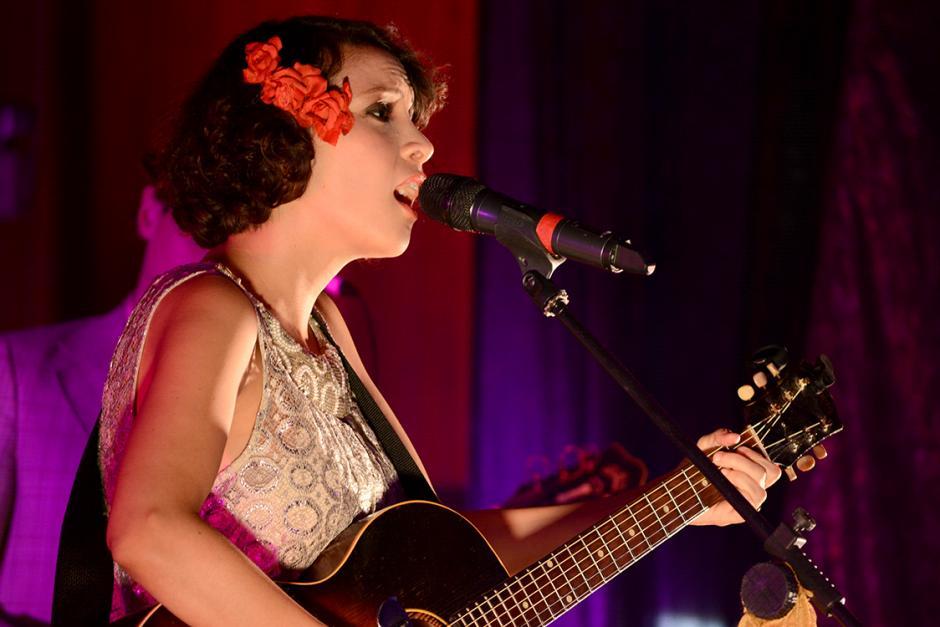 Gaby Moreno fue fiel a su estilo retro: flores en el pelo, vestido color de luna y guitarra al hombro. (Foto: Ximena Díaz/Soy 502).