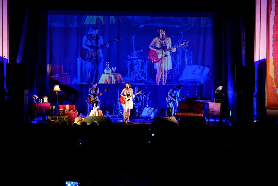 Contra la luz azul del escenario, Gaby Moreno brilló como otra luna de Xelajú. (Foto: Ximena Díaz/Soy502).