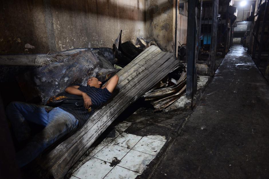 Ya por la tarde, los comerciantes que trabajan en el descombramiento de su propio puesto de venta se muestran exaustos. (Foto: Jesús Alfonso/Soy502)
