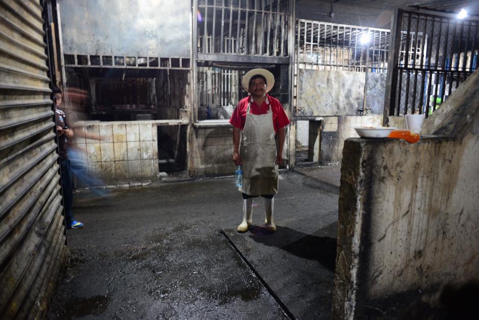 El área de carnicerías fue la que menos se vió afectada por el incendio en el Mercado de la Terminal de la Zona 4, esperan reanudar el comercio el sábado por la mañana. (Foto: Jesús Alfonso/Soy502)