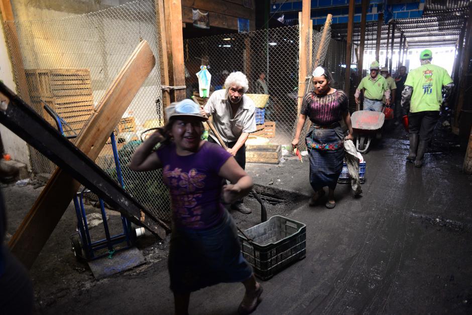 Todos por la Terminal. Los inquilinos se apresuran a recuperar su medio de subsistencia luego de la catástrofe del incendio de La Terminal de la Zona 4. (Foto: Jesús Alfonso/Soy502)