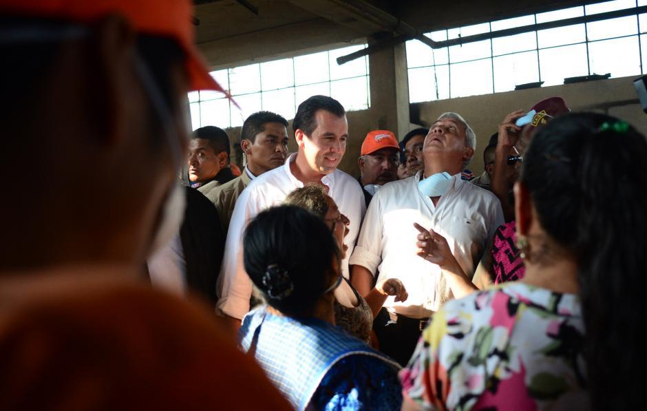 La foto del presidente Otto Pérez y su sombra, Alejandro Sinibaldi, quien no se separó de él ni 5 centímetros. (Foto: Jesús Alfonso/Soy502)