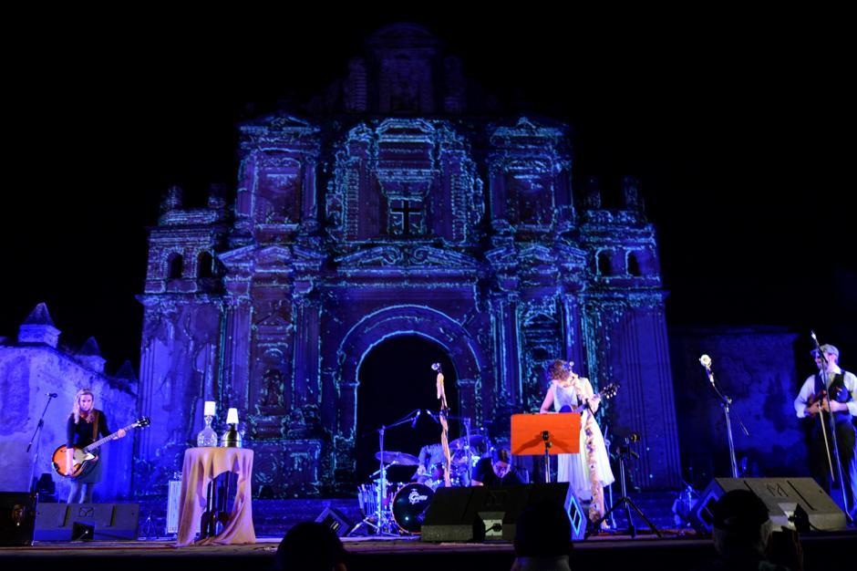 En un hermoso escenario, Gaby Moreno se presentó en un esperado concierto en La Ermita, Antigua. (Foto: Ximena Díaz/Soy502)