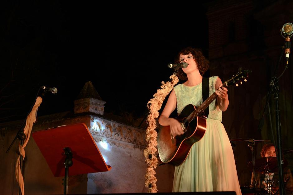 Acompañada por su guitarra, Gaby enamoró con su voz.(Foto: Ximena Díaz/Soy502)