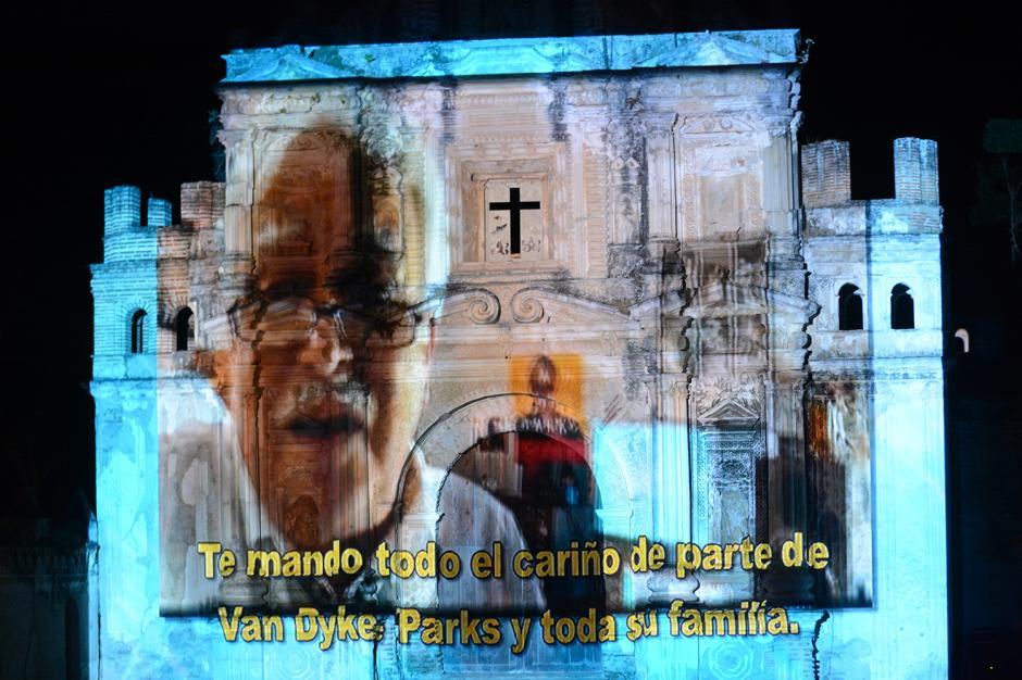 A lo largo de la presentación, varios amigos cercanos a Gaby enviaron mensajes que fueron proyectados en el escenario. Entre ellos estuvo Oscar Isaac, actor guatemalteco nominado a los Globos de Oro.(Foto: Ximena Díaz/Soy502)